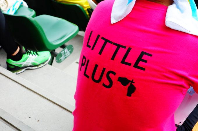 ピンク色のリトルプラスTシャツ