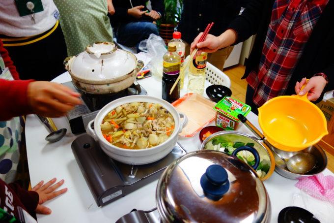 土鍋いっぱいに作られた煮込み料理