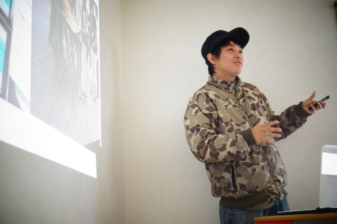 話をする講師の男性猟師