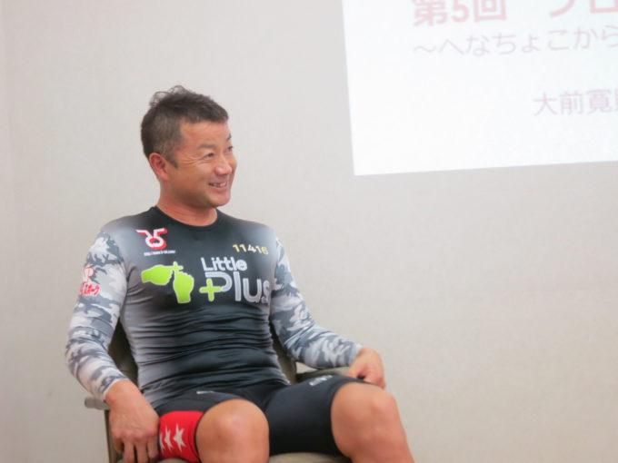 笑顔で椅子に座る講師