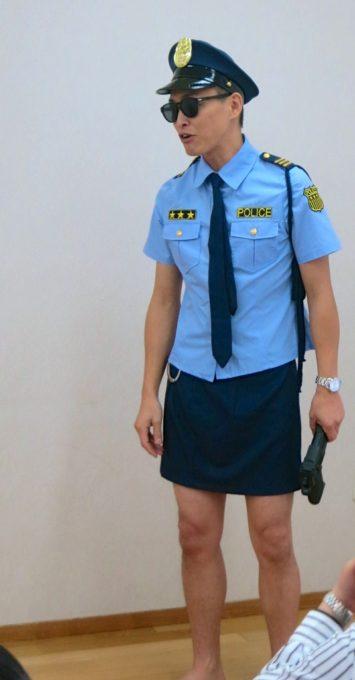 警察官の衣装を着た施設長