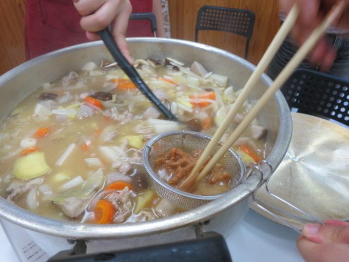 具がたくさん入った鍋