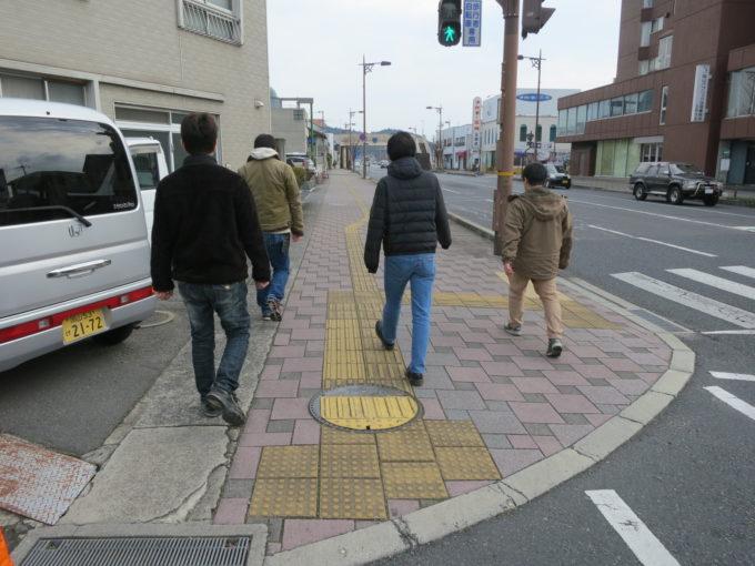 遊歩道を歩く研修生