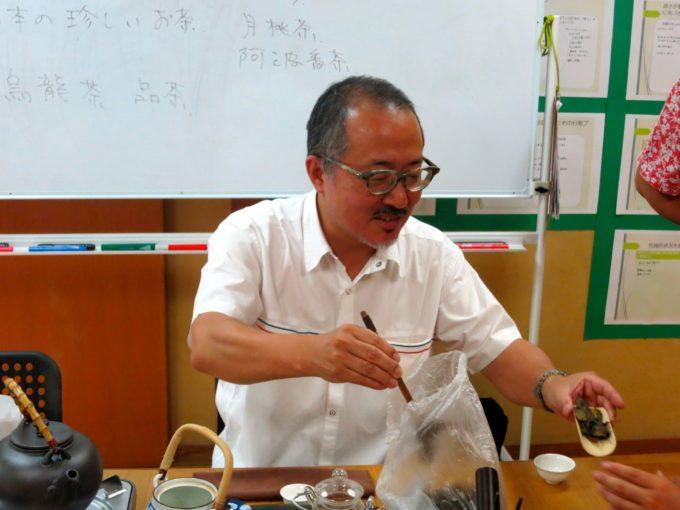 お茶を淹れる青井医院長