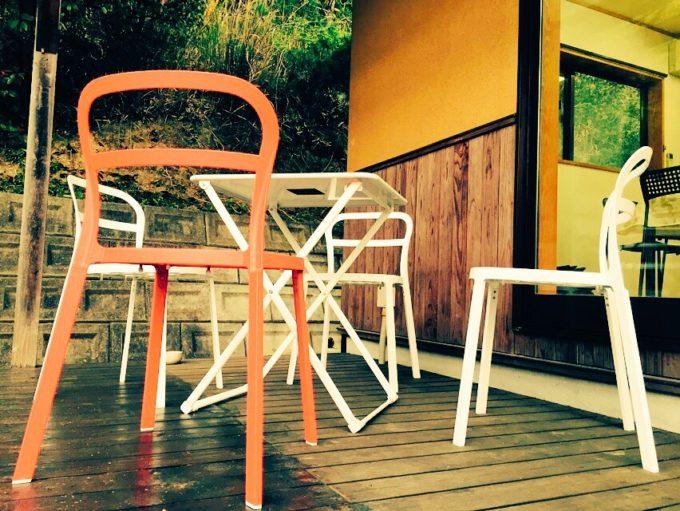 テラスに置かれた白とオレンジの椅子