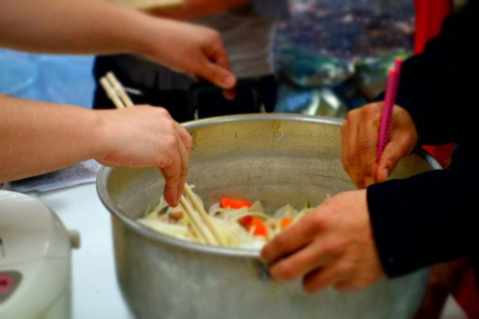 鍋で具材を炒める様子