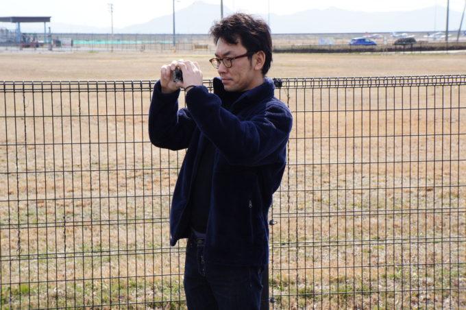 撮影する男性スタッフ