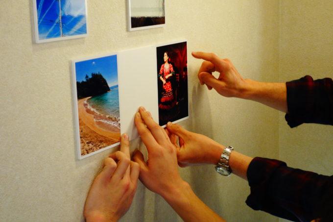 壁に写真を貼る様子