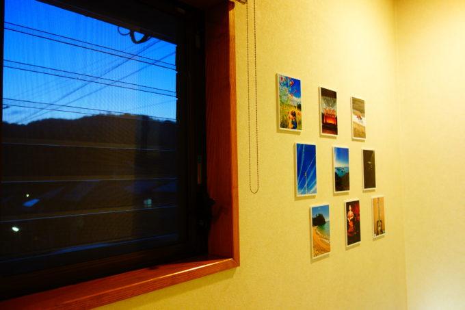 窓の横の壁に貼られた写真