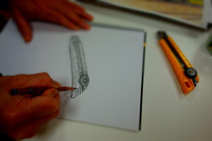 画用紙に書かれたカッターナイフの絵