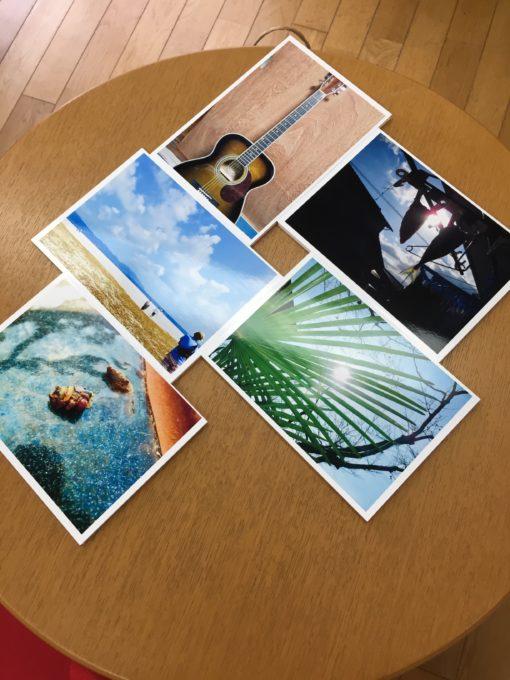 テーブルに置かれた写真