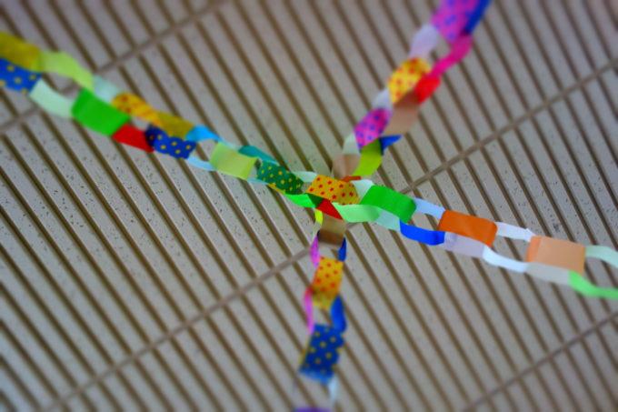 天井から吊り下げた紙の輪っか