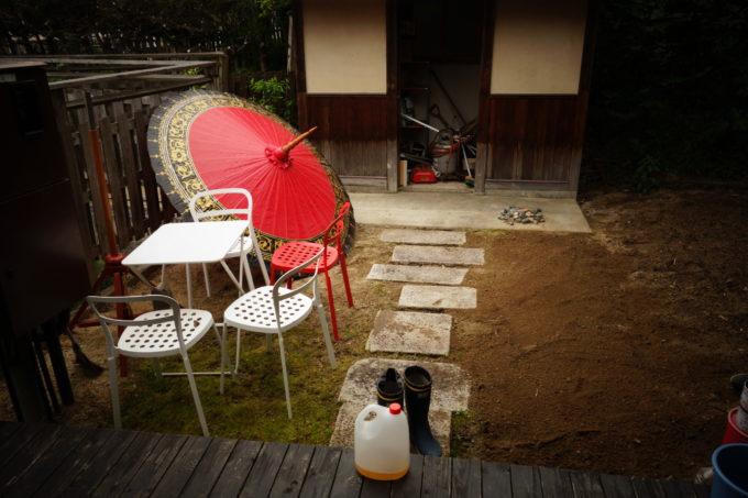 赤い傘が置かれた庭