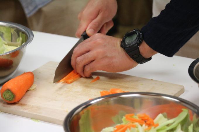 包丁で野菜を切る様子