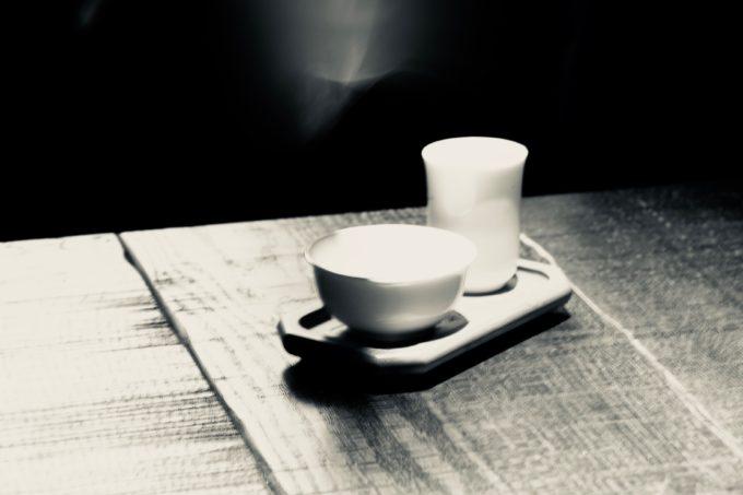 テーブルに置かれた茶器