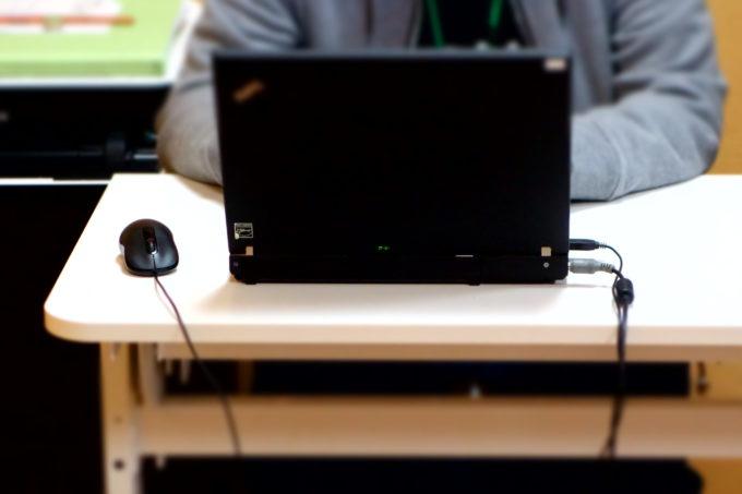 パソコンを操作する様子