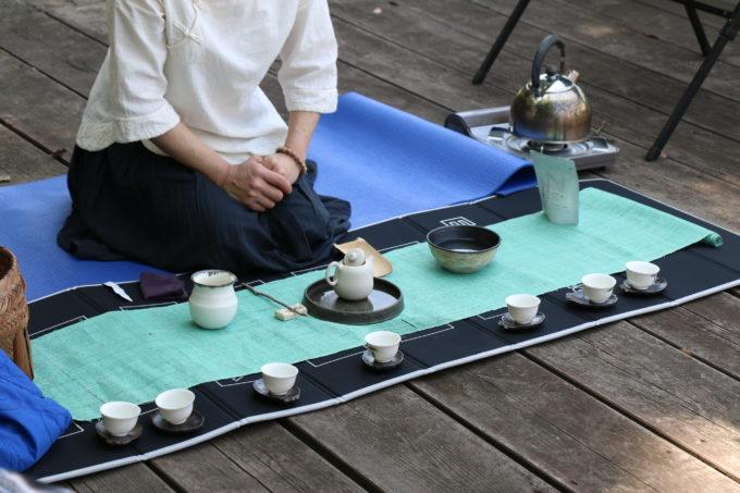本格的な台湾茶をいれる様子