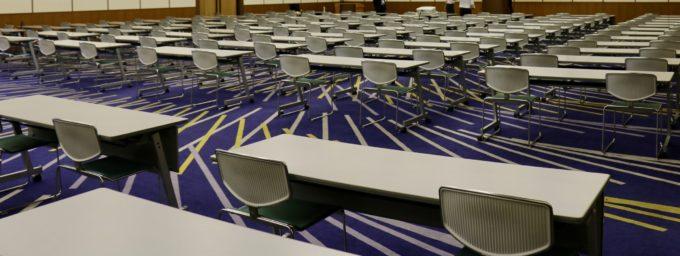 椅子が並べられたセミナー会場