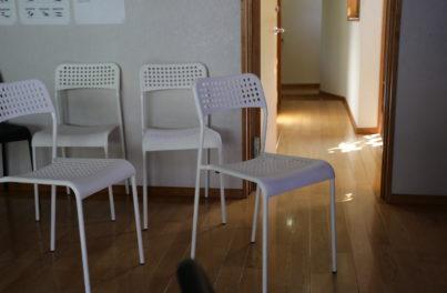 白い椅子が置かれたワークルーム