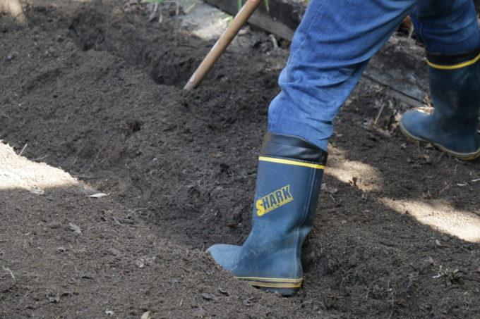 土を耕す様子