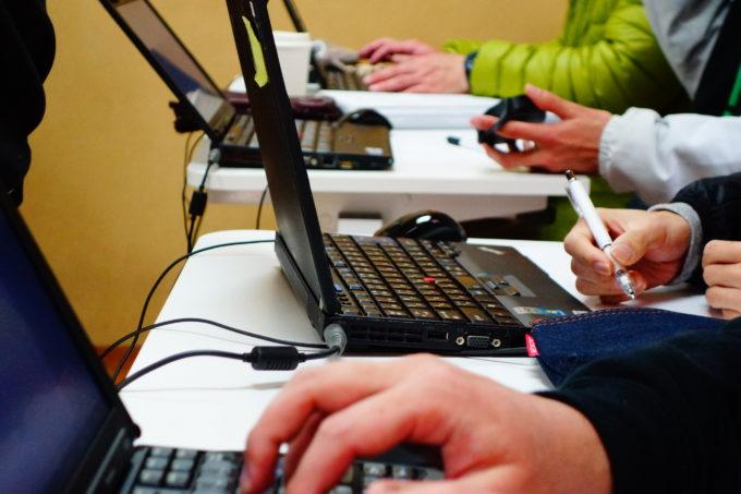 協力しながらパソコン作業