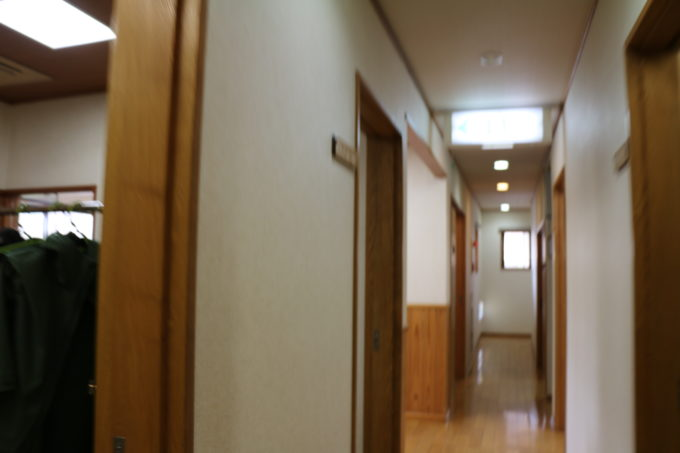 施設内の廊下の様子