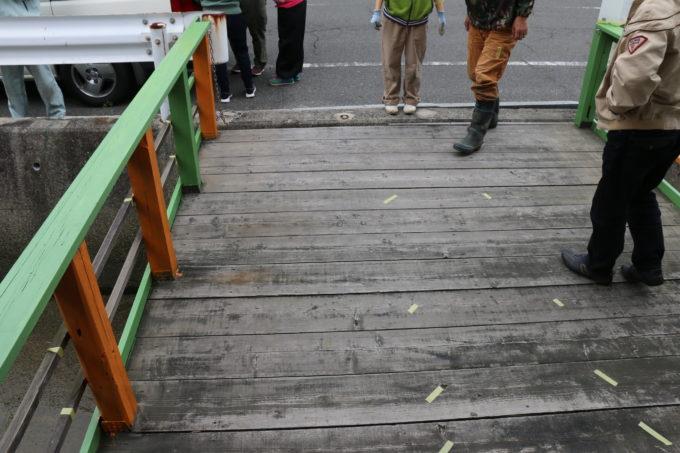 三友食堂のお店前の橋の塗装作業の様子