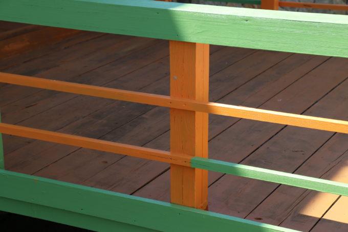 三友食堂のお店前の橋の塗装作業が完成した様子
