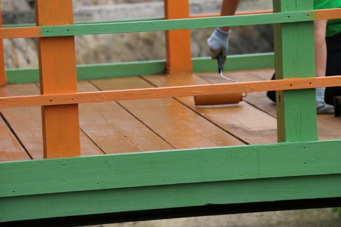 三友食堂のお店前の橋の塗装をしている様子