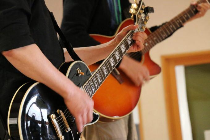 2人でギターを演奏