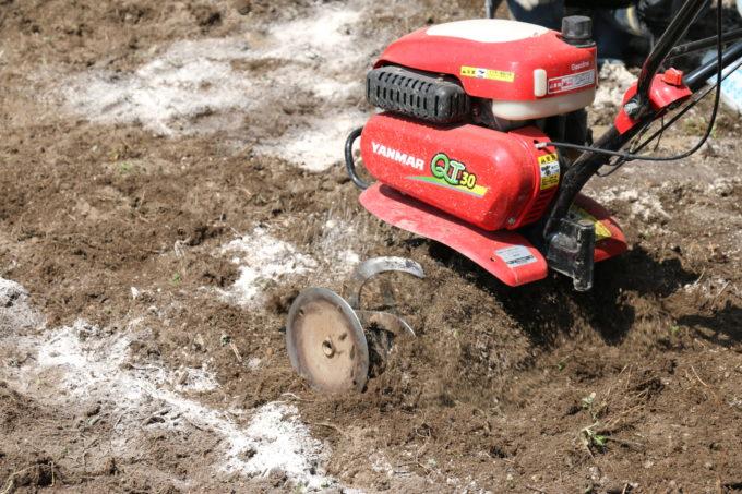 農機で畑を耕している様子